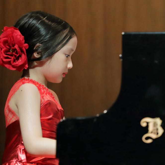น้องๆ เด็กเล็ก สามารถมา เริ่มต้นเรียนเปียโน เรามีคุณครูใจดี๊ ใจดี มาคอยเล่นกับน้องๆ